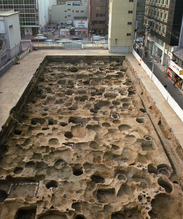 Fig. 04 - An Early Heian building under excavation in Sakyo