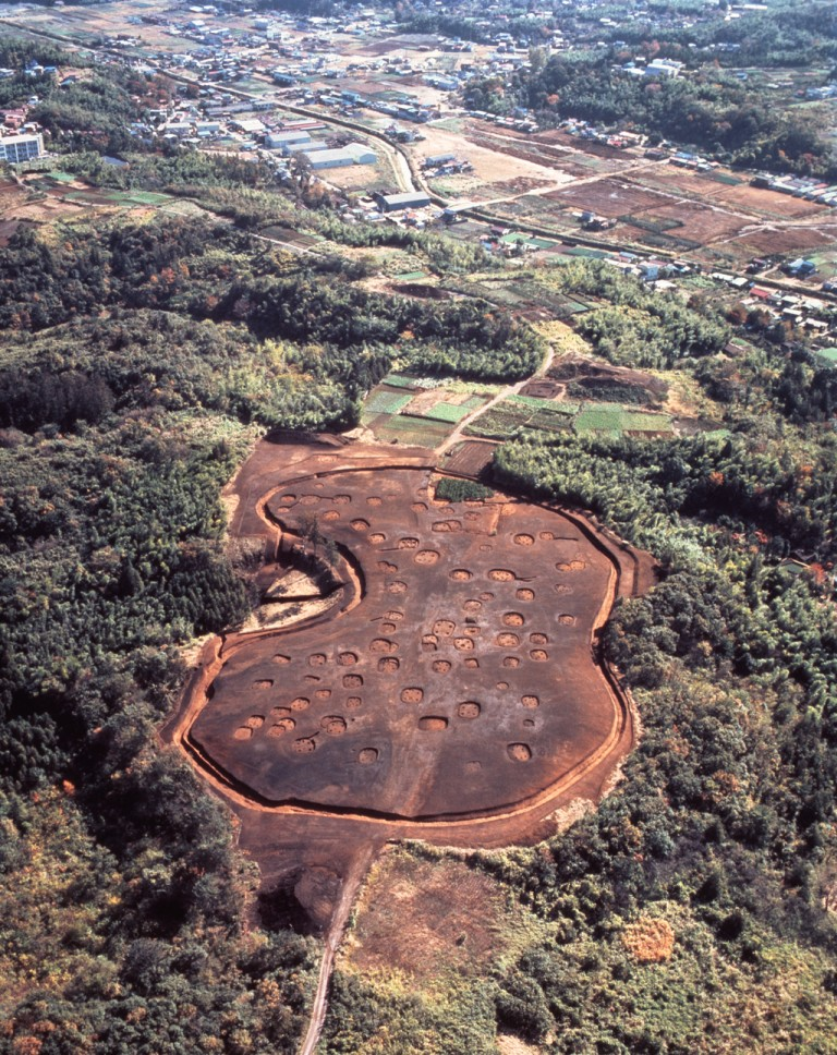 Fig. 01 - The Yayoi village at Otsuka, Kanagawa prefecture at the end of the excavation. Just above the village itself you can see one of the rectangular burial enclosures of the Saikachido cemetery.