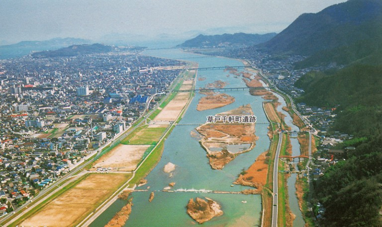 Fig. 06 - Kusado Sengen, in Hiroshima prefecture, showing the remains of the medieval trading town now on an island in the middle of the river